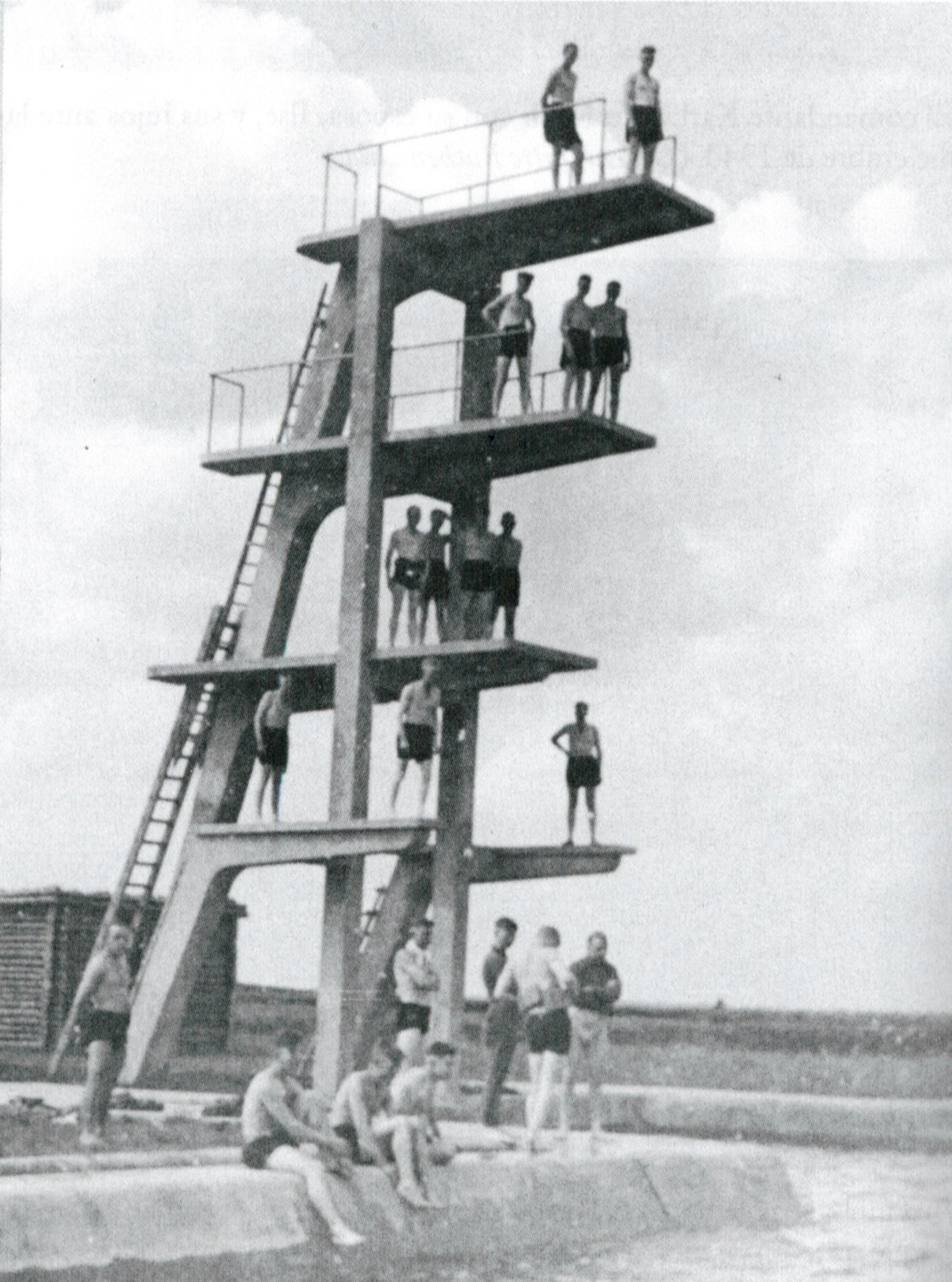 Soldados de la SS pasan su tiempo libre en la piscina recién construida a las afueras del recindo Esterwegen en 1936.