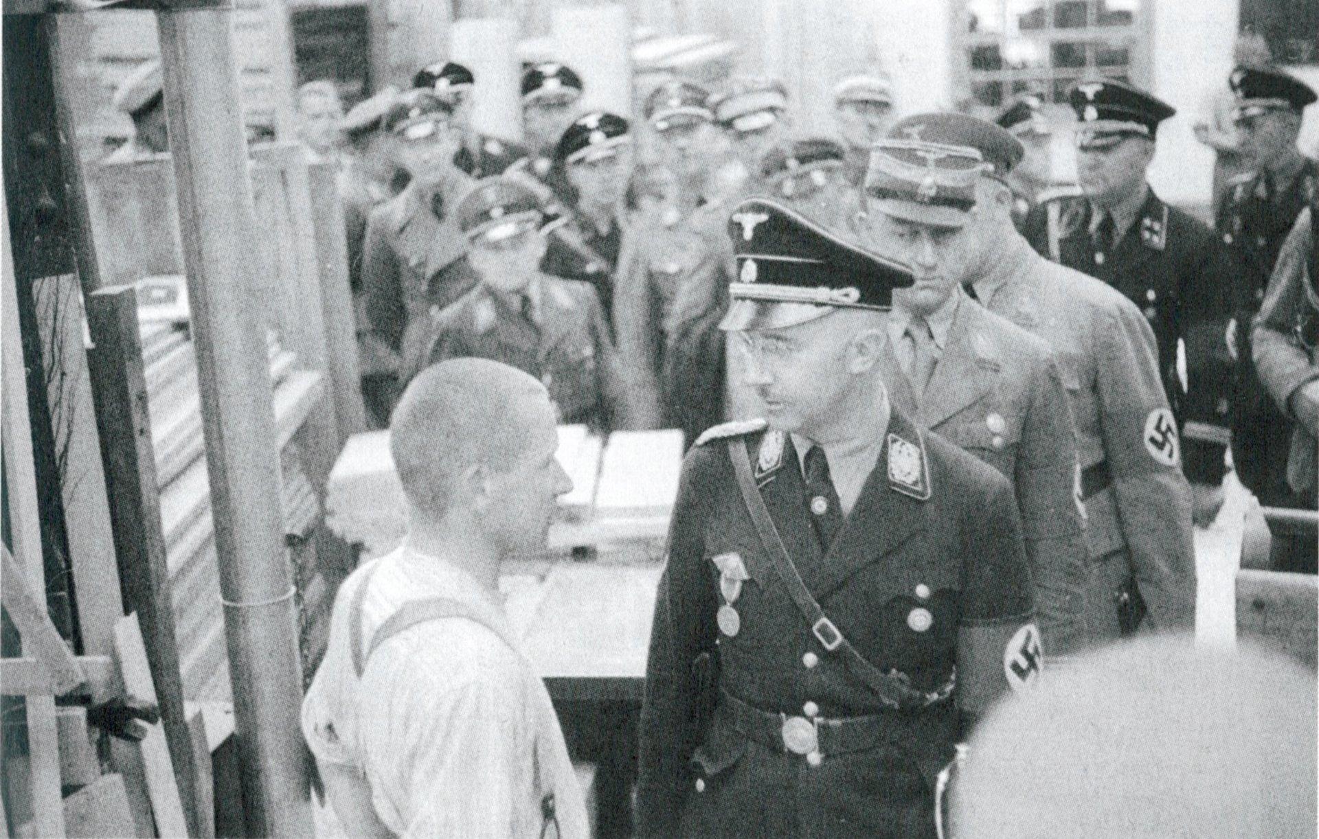 El jefe de la SS, Heirich Himmler recorre los talleres de Dachau durante una inspección oficial