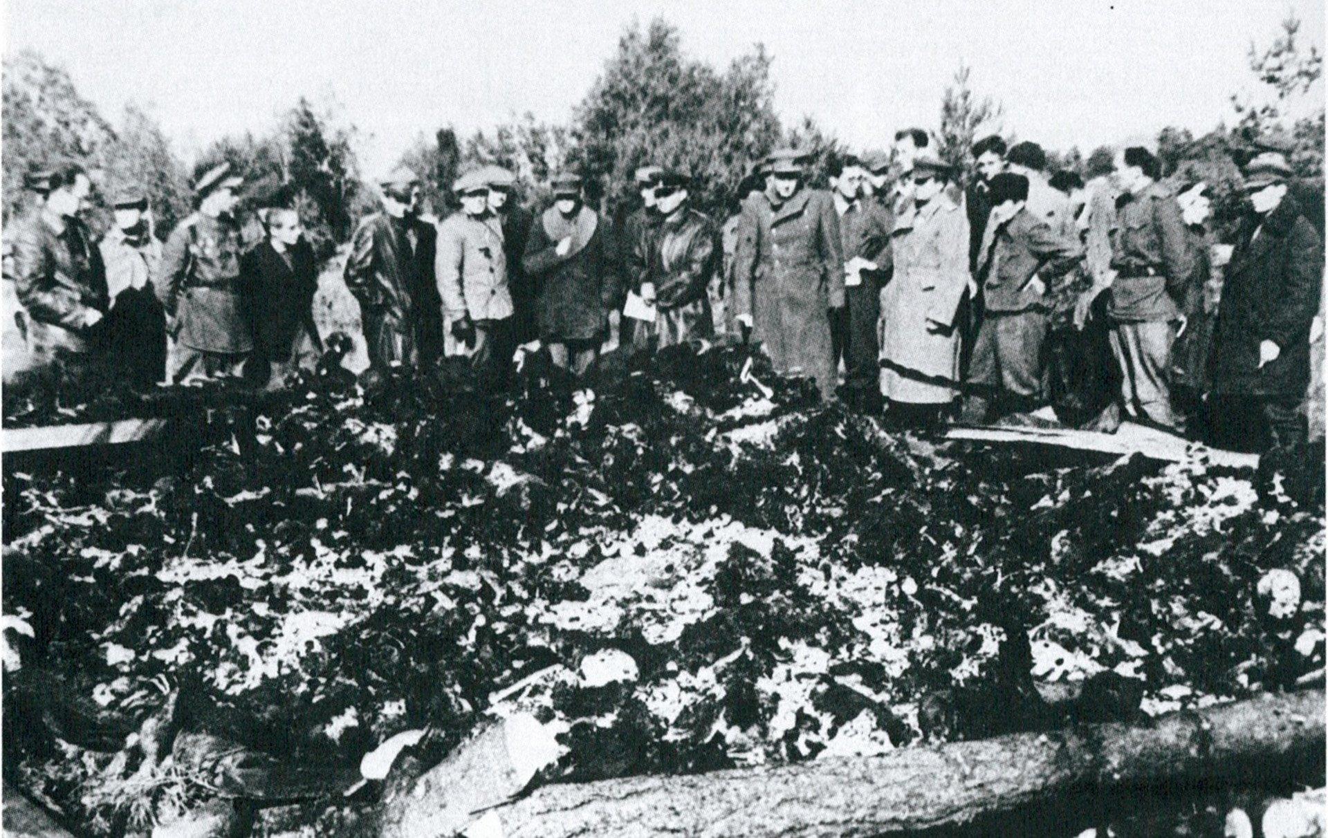 Soldados soviéticos contemplan los cadáveres carbonizados del recintro secundario de Klooga (Estonia). El 19 de septiembre de 1944, poco antes de la llegada del Ejército Rojo, la SS había exterminado a los reclusos e incendiado el campo de concentración.