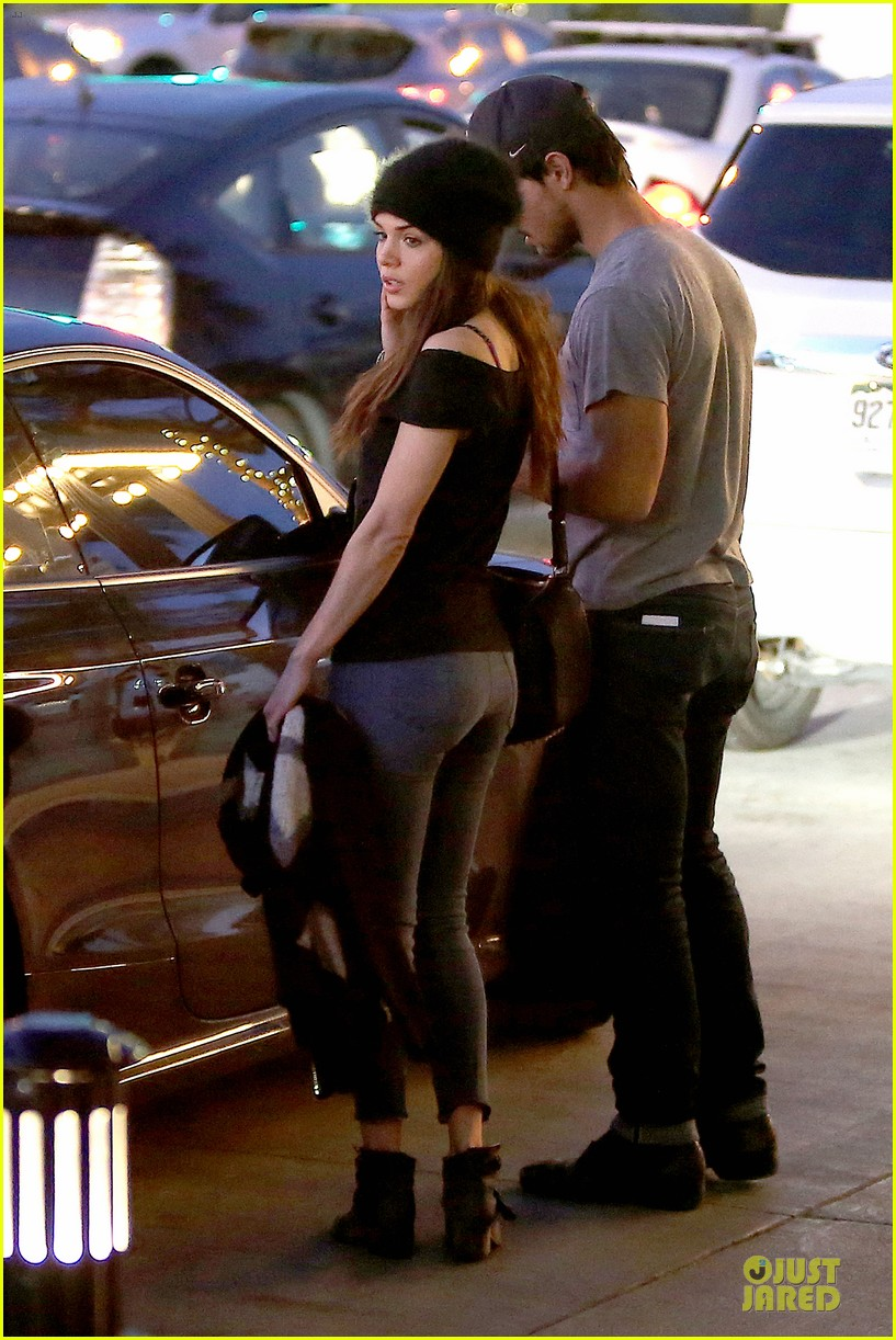 Taylor Lautner Amp Marie Avgeropoulos Hold Hands For Dinner