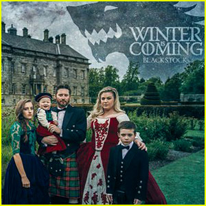 Kelly Clarkson Amp Family Pose For Amazing Game Of Thrones