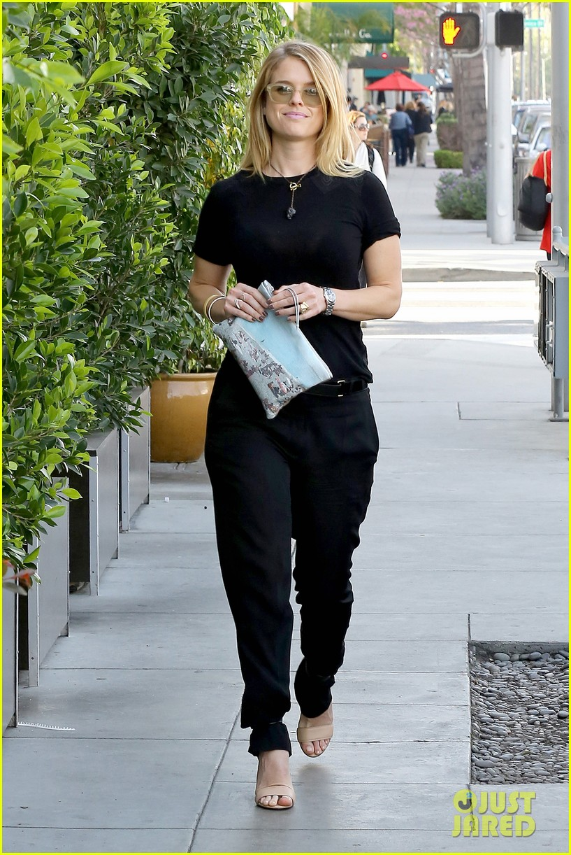 alice eve hugs her mystery male goodbye after lunch 05