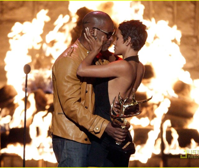 Halle Berry Jamie Foxx Kissing Commotion Photo  Halle Berry Jamie Foxx Pictures Just Jared