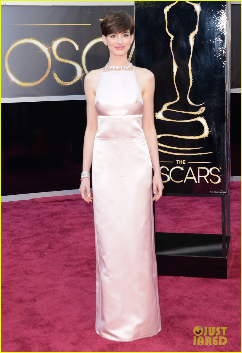 anne hathaway oscars 2013 red carpet 03