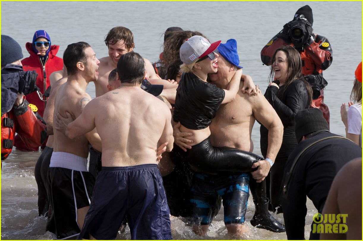 lady gaga shirtless taylor kinney polar plunge 13