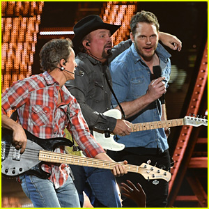 Chris Pratt Joins Garth Brooks for Surprise Performance at iHeartRadio Music Awards 2019!