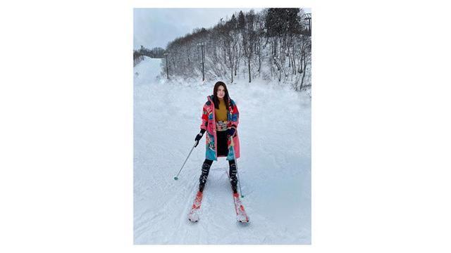 Saat berlibur di Jepang, Via terlihat asyik menikmati bermain salju.