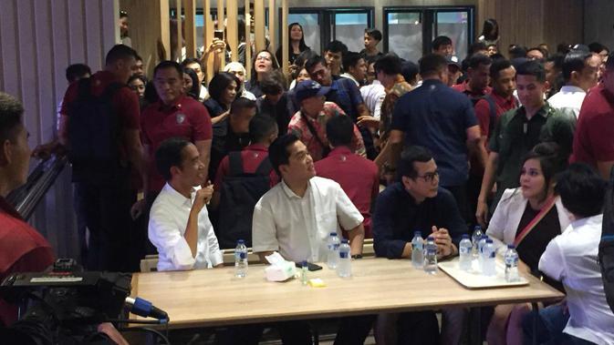 Capres Joko Widodo atau Jokowi bersama Erick Thohir di Mal Grand Indonesia. (Merdeka.com/Intan Umbari)