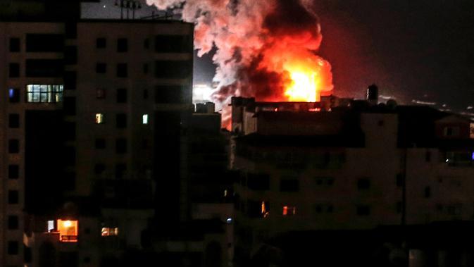 Kepulan asap terlihat membumbung dari Gaza City menyusul serangan udara oleh Israel, Rabu (8/8). Israel mengatakan serangan di Gaza tidak ditargetkan ke warga sipil namun, kepada 100 target yang terkait kelompok Hamas. (MAHMUD HAMS/AFP)