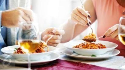 Kerap mengunyah makanan terlalu cepat? Kata orang hal ini dapat membuat tubuh lekas gemuk. Mitos atau fakta?
