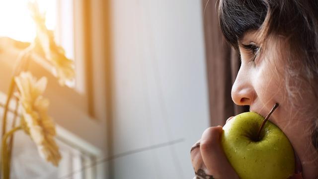 Ilustrasi makan buah agar kulit tidak kering