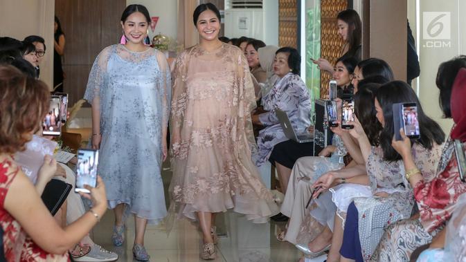 Artis Nagita Slavina dan Caca Tengker mengenakan pakain koleksi terbaru Alto Prive rancangan desainer Cynthia Vicario berkolaborasi dengan Tyna Kanna Mirdad saat acara fashion show bertajuk Flora, di Jakarta, Kamis (9/5/2019). (Liputan6.com/Fery Pradolo)