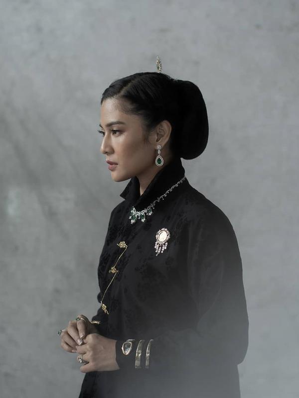 Dian Sastrowardoyo terlihat tegas dalam memerankan karakter pahlawan Indonesia. Selain perhiasan, ia juga menggunakan sanggul ala Cut Nyak Dien. (sumber: Liputan6.com/IG/therealdisastr)