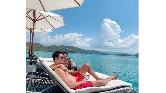 Titi dan Christian pun terlihat romantis saat liburan bersama, bak ABG pacaran.