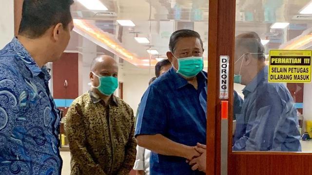 Presiden ke-6 RI, SBY saat menjenguk BJ Habibie di RSPAD Gatot Soebroto, Selasa (10/9/2019). (dok Demokrat)