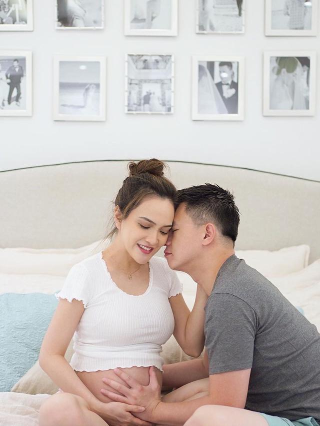 Shandy Aulia bersama suami. (Foto: Instagram @shandyaulia)