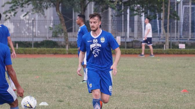 Rene Mihelic menjalani latihan perdananya bersama Persib Bandung di Lapangan Saraga ITB, Rabu (8/5/2019). (Huyogo Simbolon)