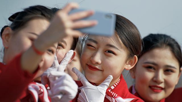 Wanita-Wanita Cantik Sambut Peserta Kongres Rakyat Nasional China