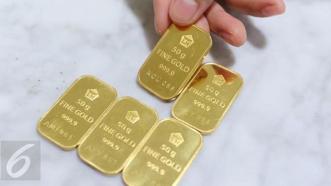 Harga jual emas batangan Antam ukuran satu gram dibanderol di harga Rp 599.000 per gram, Jakarta, Senin (10/10). Jumlah itu tidak mengalami perubahan dari harga perdagangan akhir pekan kemarin, yakni Rp 599.000 per gram. (Liputan6.com/Angga Yuniar)