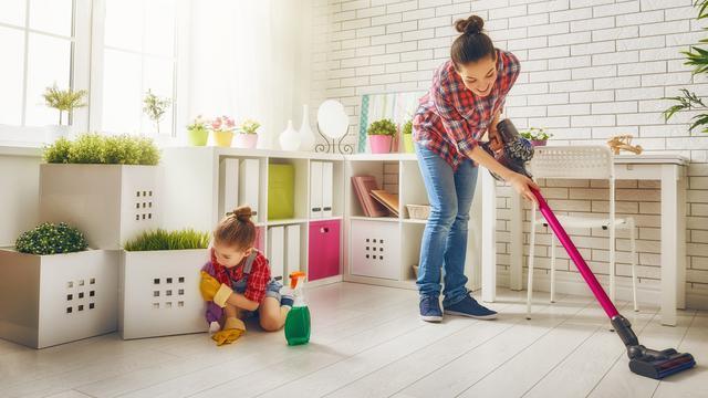Anak membersihkan rumah (iStock)