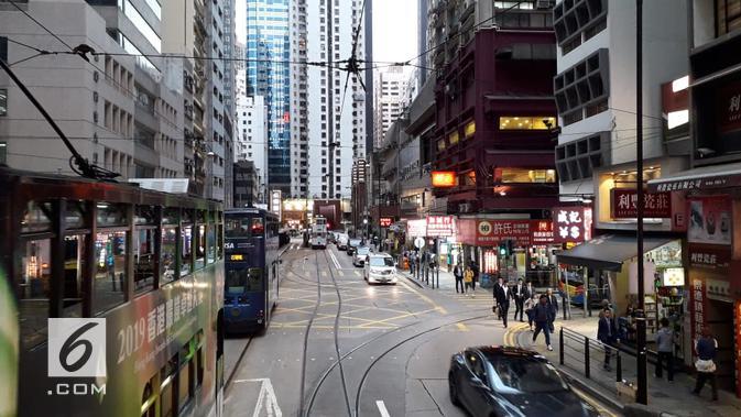 Suasana Hong Kong dari atas TramOramic yang melewati area-area sibuk (Liputan6.com/Komarudin)