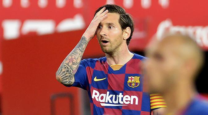 Striker Barcelona, Lionel Messi, tampak kecewa usai timnya gagal meraih kemenangan saat melawan Sevilla dalam laga lanjutan La Liga Spanyol, Sabtu (20/6/2020) dini hari WIB. Barcelona bermain imbang 0-0 atas Sevilla. (AFP/Cristina Quicler)