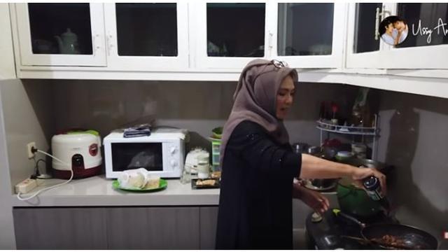 Dapur di rumahnya tersebut terlihat minimalis dan bersih.