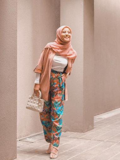 Potret Awkarin kenakan hijab