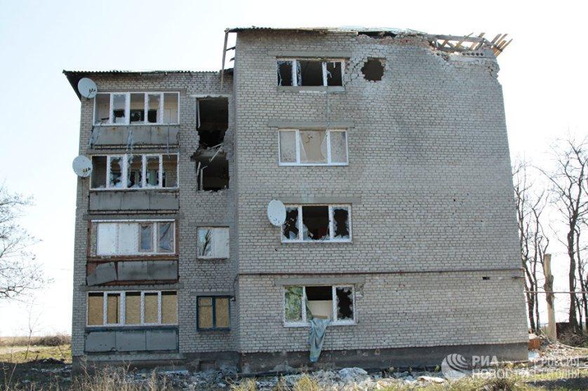 Жилой дом, получивший множество прямых попаданий снарядов во время обстрелов украинскими силовиками прифронтового поселка Донецк-Северный в Донецкой области