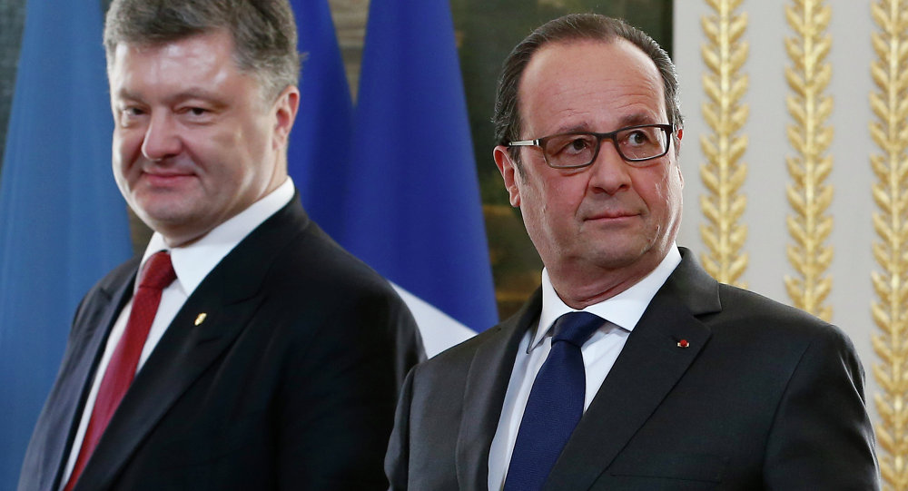 French President Francois Hollande (R) and Ukrainian President Petro Poroshenko (L) arrive for a diplomatic agreement signing ceremony after their meeting at the Elysee Palace in Paris, on April 22, 2015