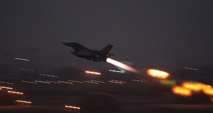 En esta imagen proporcionada por la Fuerza Aérea de Estados Unidos, un F-16 Fighting Falcon despega de la base aérea de Incirlik, Turquía, los EE.UU. el Miércoles, 12 de agosto 2015, lanzó sus primeros ataques aéreos por sede en Turquía F-16 aviones de combate contra objetivos estado islámico en Siria