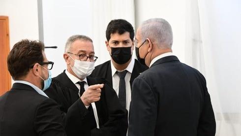بالصور- نتنياهو ينفى التهم ويغادر قاعة المحكمة