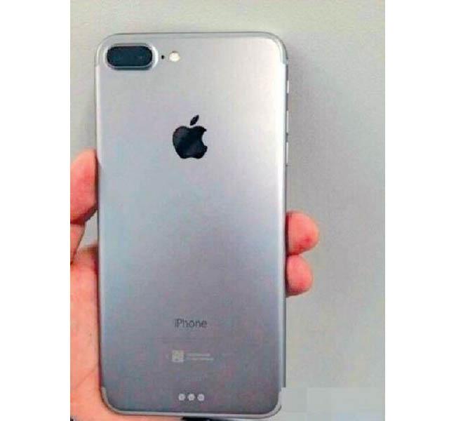 iphone 7 plata en una mano