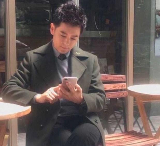 iphone 7 plus en las manos de un actor