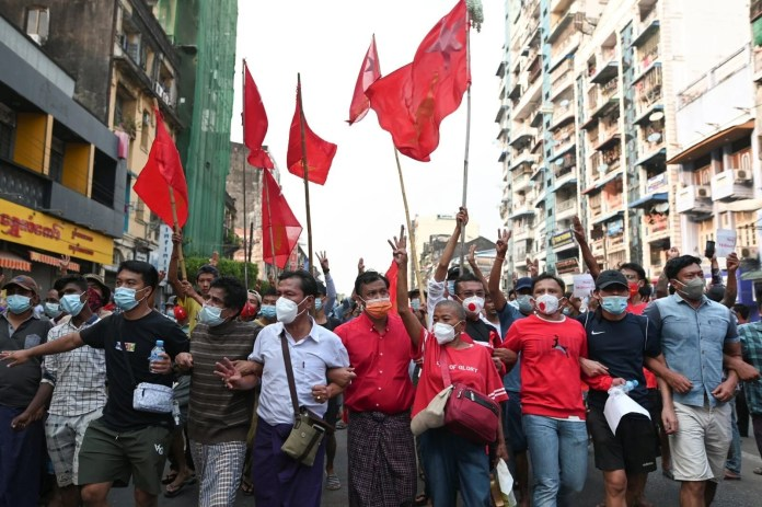 Myanmar'da on binlerce kişi cuntaya meydan okudu - 4