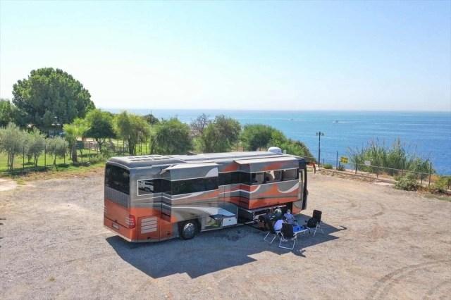 Gezme tutkusuyla hayallerinin peşinden gitti: Otobüsü lüks karavana dönüştürdü - 1