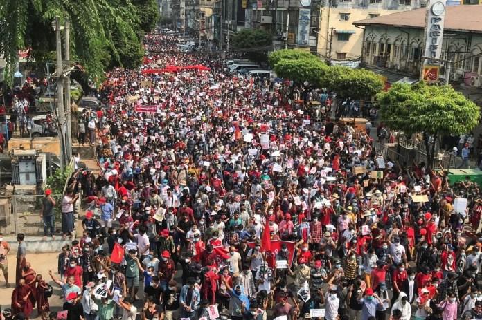 Myanmar'da on binlerce kişi cuntaya meydan okudu - 12