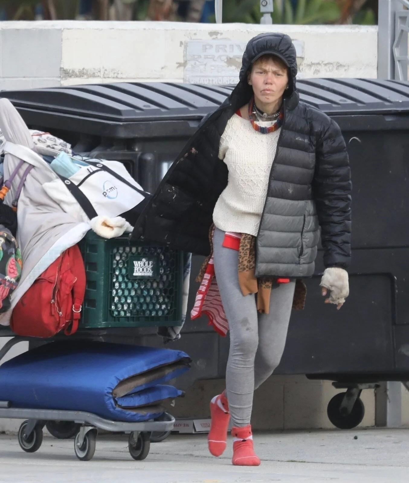Loni Willison yine çöpleri karıştırırken görüntülendi - 7