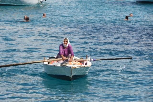 82 yaşında kayığına binip her gün denizde satış yapıyor - 4