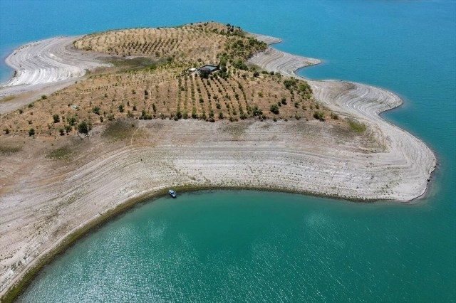 Doğaya kaçış hikayeleri: 'Robinson Ziya'nın Keban Baraj Gölü'ndeki adada huzurlu yaşamı - 14