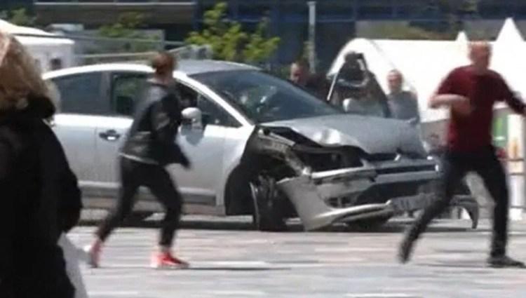 Otomobille meydanda terör estirdi