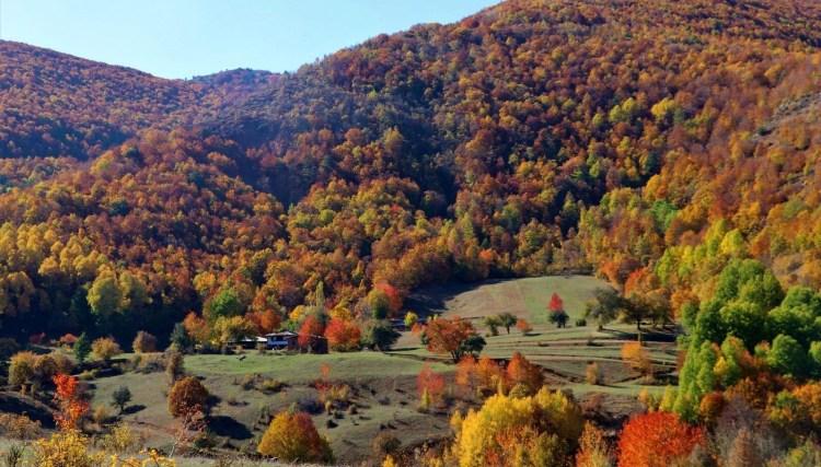 Dipsiz göl, sonbahar güzelliği ile büyülüyor