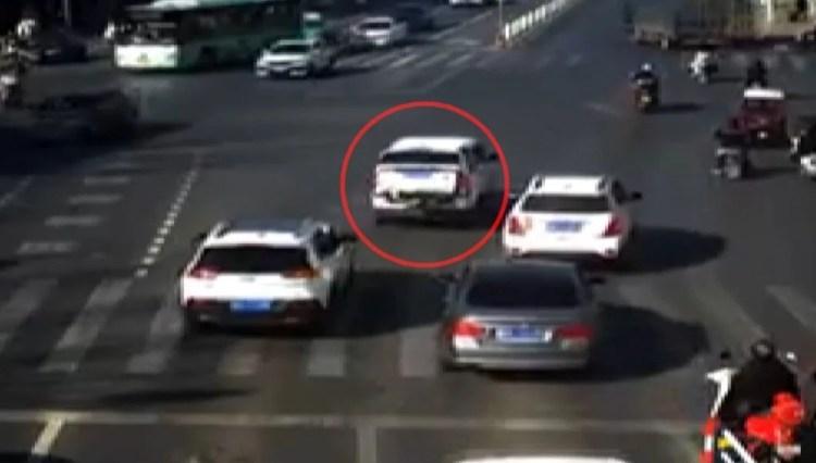 4 yaşındaki çocuk seyir halindeki aracın bagajından düştü