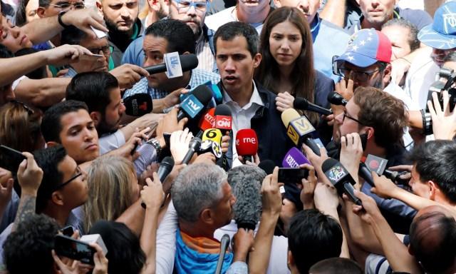 Muhalif Guaido, lağvedilen meclis üyeleri tarafından geçici başkan olarak atandı