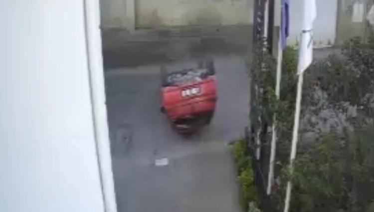 Ters dönen araçtan böyle çıktı