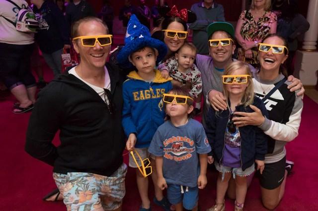 Des invités vêtus de lunettes 3D posent devant «Mickey's PhilharMagic» au parc Disney California Adventure