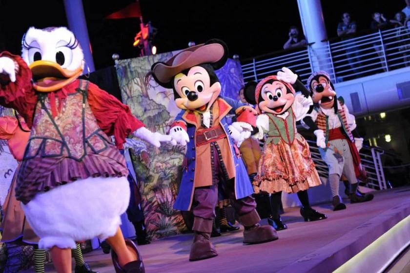Daisy, Mickey Minnie y Goofy durante Pirate Night en Disney Cruise Line