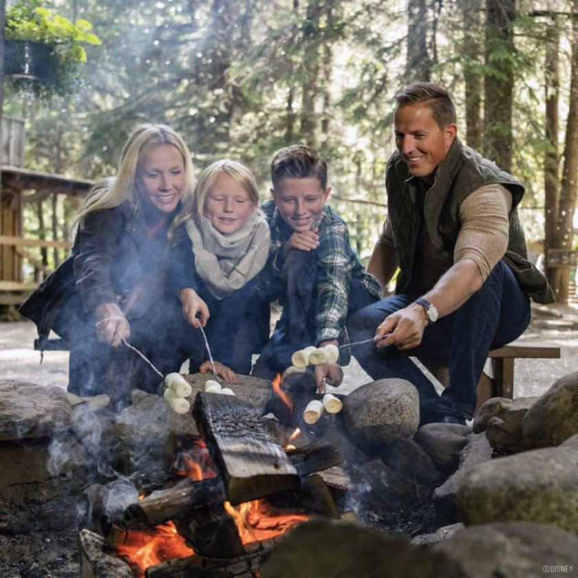 Familia haciendo S'mores en un viaje de Adventures by Disney a Alaska