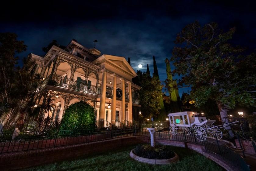 Mansión encantada en el parque Disneyland