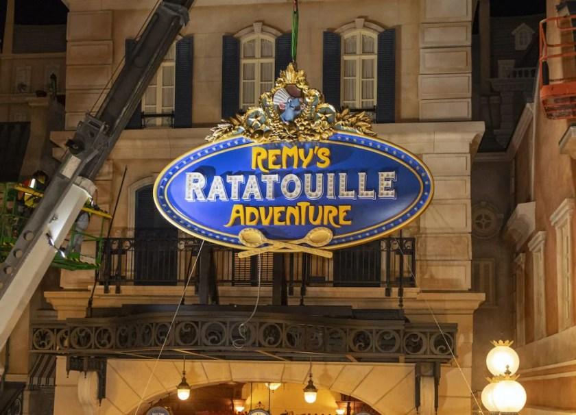 Señal exterior para Remy's Ratatouille Adventure en EPCOT